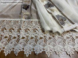 Csipkes kesz függöny (krem 30 cm csipke)Harangvirág krém alapon barna színű 300 cm széles 175 cm magas